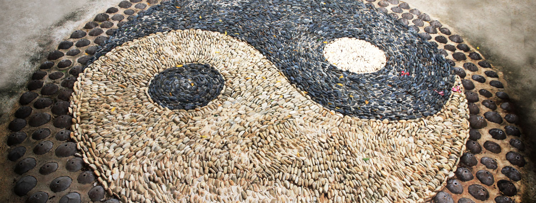 Yin und Yang Symbol aus Steinen