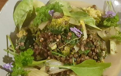 Grüne Linsen mit grünem Gemüse und Bärlauch