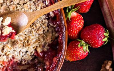 Veganes Rhabarber-Erdbeer-Crumble